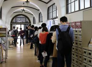 6日午後、問い合わせを希望する学生が教務課前に列を作った